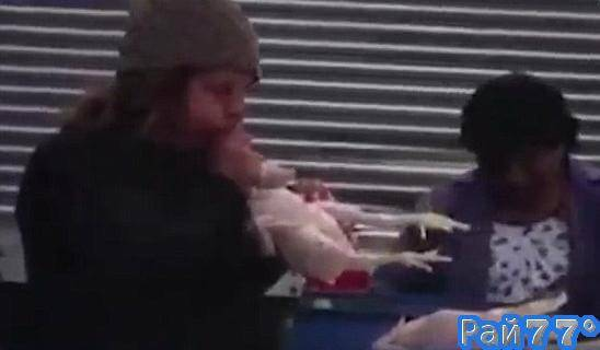 Продавщицы курицы в Перу для пышности надувают свой товар