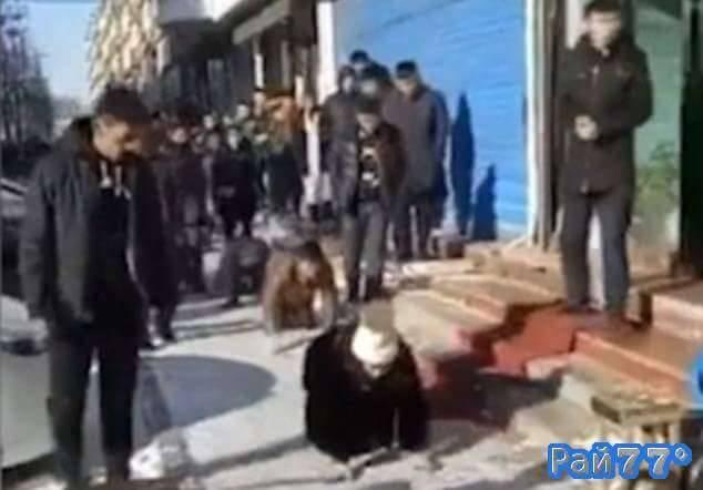 Работники китайской пекарни в качестве наказания проползли от одного магазина к другому. (Видео)