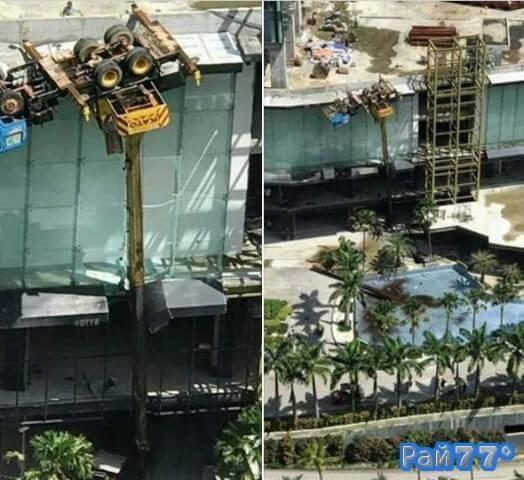 Многотонный подъёмный кран оказался в подвешенном состоянии, зацепившись за край крыши на стройке в Малайзии. (Видео)