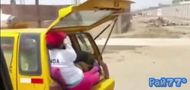 Таксист в Перу из за большого количества багажа посадил женщину на задний бампер своего автомобиля.