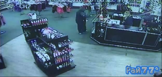 Вооружённый пистолетом грабитель получил достойный отпор от продавщиц сексшопа в США. (Видео)