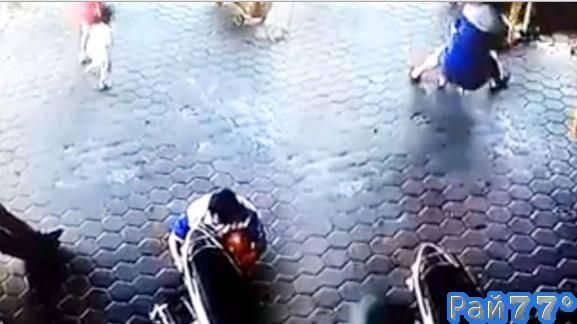 Мотоциклист спас двух детей, вытащив их из под колёс неуправляемого автомобиля в Индонезии. (Видео)