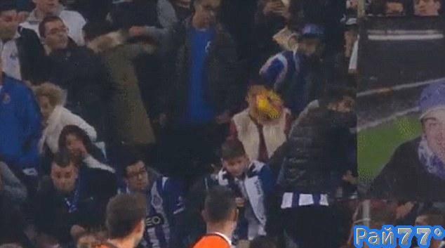 Португальский футболист неожиданно поразил цель в лице болельщицы. (Видео)