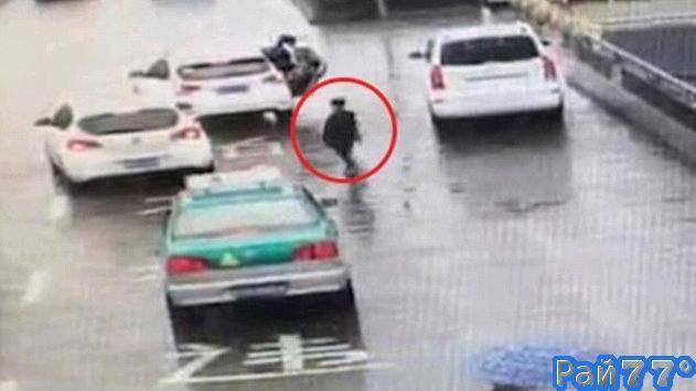 Семилетний мальчик 1,5 километра преследовал автомобиль своей матери на оживлённой трассе в Китае. (Видео)