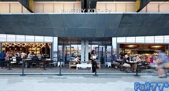 Ресторан Industry Kitchen, расположенный на улице Саут-стрит, в Нью-Йорке.