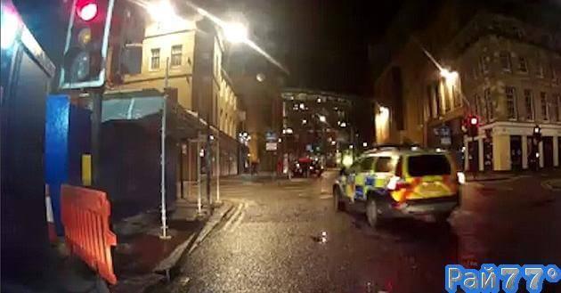 Полицейский автомобиль, оставшись без присмотра, совершил наезд на транспортное средство, припаркованное возле ресторана в Британии. (Видео)