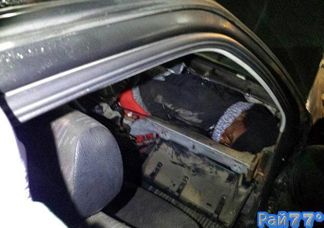 Испанские полицейские обнаружили нелегала, спрятавшегося в... приборной панели автомобиля.