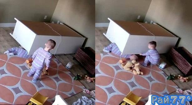 Двухлетний мальчик спас своего брата - близнеца, вытащив его из под комода. (Видео)