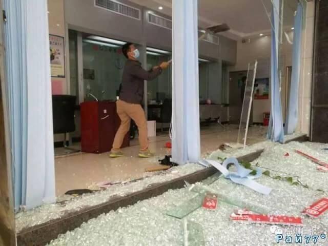 Воришка на экскаваторе попытался ограбить банк в Китае. (Видео)