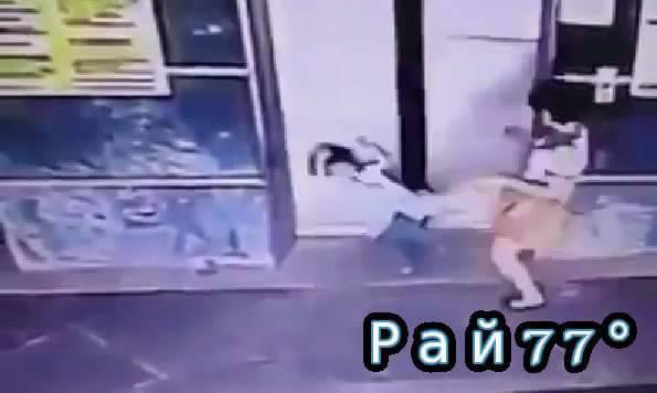 Малайзийская мамаша точным ударом ноги не допустила попадания своей трёхлетней дочери между дверями лифта. (Видео)