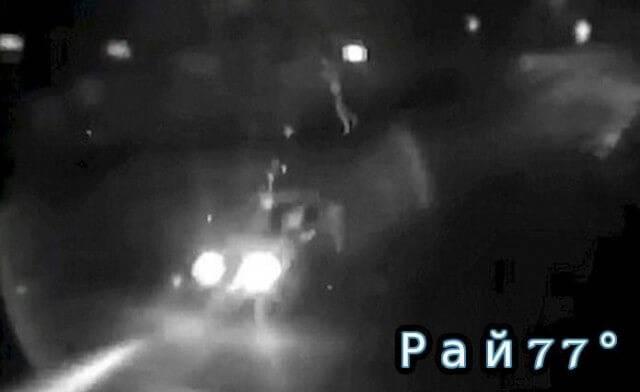 Велосипедист чудом выжил после лобового столкновения с автомобилем. (Видео)