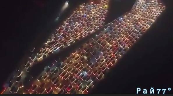 Тысячи китайских автомобилистов приняли участие в зрелищной, посленовогодней «авто инсталляции», выстроившись в гигантскую пробку на подъезде к Пекину. (Видео)