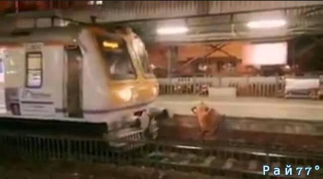 Пассажирский поезд остановился в нескольких сантиметрах от гуляющей по путям женщины, в Индии. (Видео)