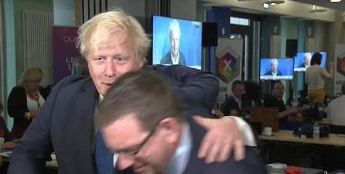Английский министр иностранных дел не поделил с депутатом место перед видеокамерой во время обращения.