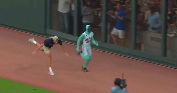 Забег между фанатом и «талисманом» бейсбольной команды рассмешил болельщиков в США. (Видео)