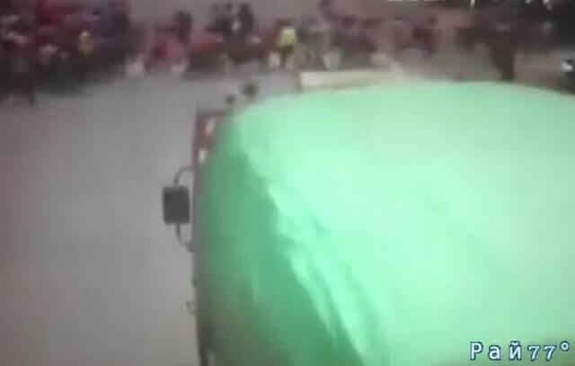 Душераздирающий момент наезда грузовика ша группу школьников в Китае попал на видео камеру.