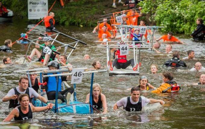 Гонки на кроватях «Knaresborough Bed Race» прошли в Британии. (Видео)