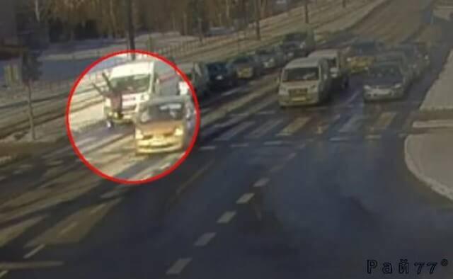 Девушка отделалась переломом ноги после головокружительного полёта на автомагистрали в Польше. (Видео)