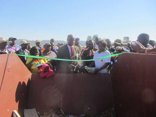 Министр финансов Зимбабве торжественно перерезал ленточку на мусорном бачке