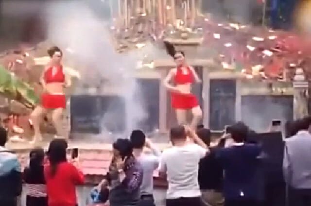 На китайском кладбище, похоронная церемония закончилась... дискотекой. (Видео)