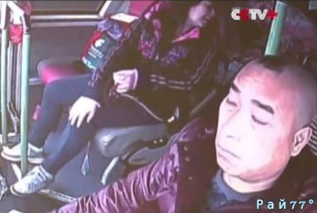 Чудовищная авария по вине водителя, заснувшего за рулём автобуса, произошла в Китае. (Видео)