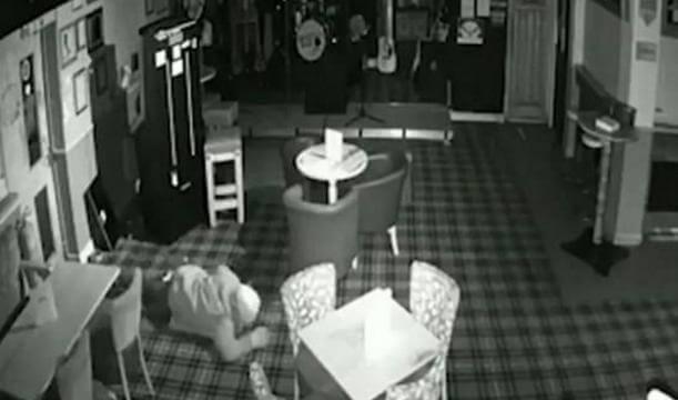 Хитрый воришка избежал срабатывания датчиков сигнализации и ограбил британский паб. (Видео)