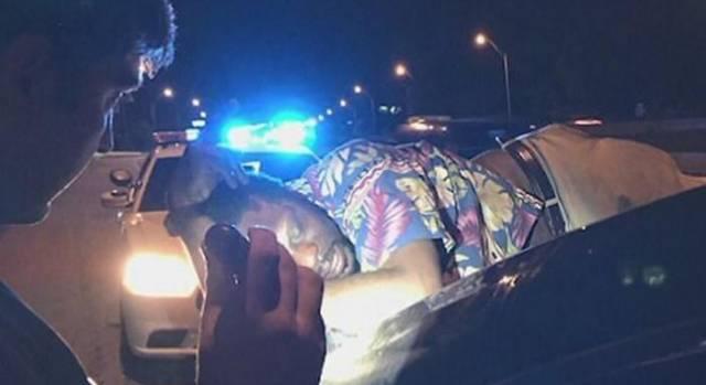 Пьяный мужчина, заснув на багажнике автомобиля, проделал 20-километровый маршрут в США.