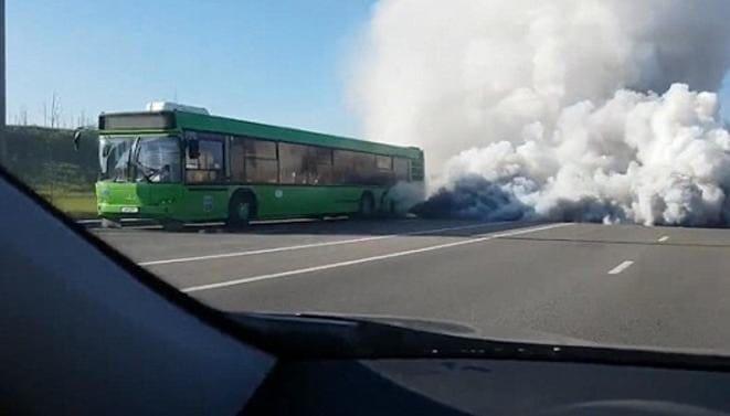 Огромное облако дыма, выпущенное из двигателя автобуса, накрыло трассу в Минске. (Видео)