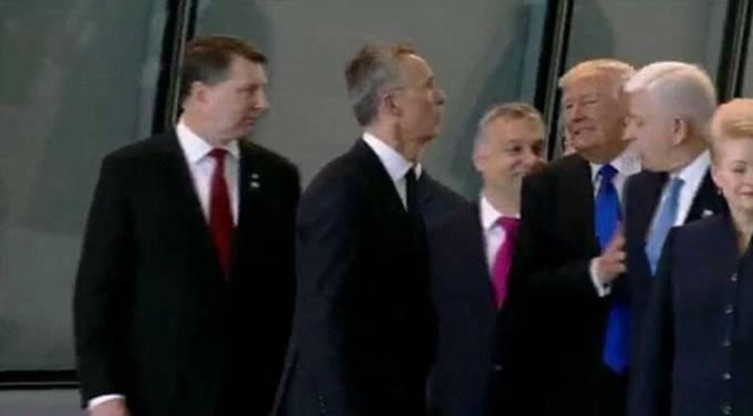 Трамп грубо отодвинул премьер-министра Черногории во время фотосессии членов НАТО. (Видео)