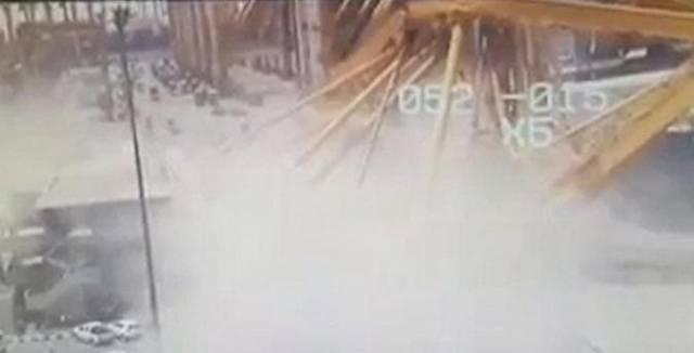 Контейнеровоз сбил многотонный, строительный кран в Эмиратах. (Видео)