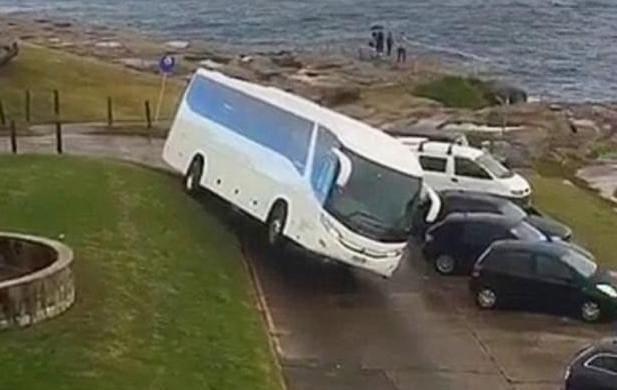 Водитель припарковал туристический автобус на трёх колёсах.