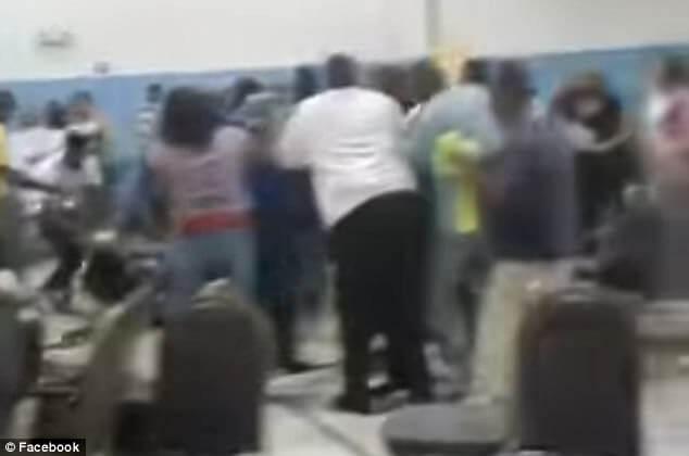 Выборы пастора в баптистской церкви закончились массовым мордобоем в США. (Видео)