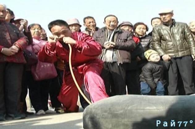Мужчина накачал носом грузовую камеру в Китае. (видео)