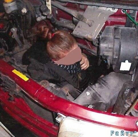 Британский автомобилист перевозил нелегала под капотом своего автомобиля.