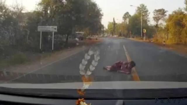 Старая «ныряльщица» поторопилась и слишком рано легла под колёса автомобиля в Тайланде. (Видео)