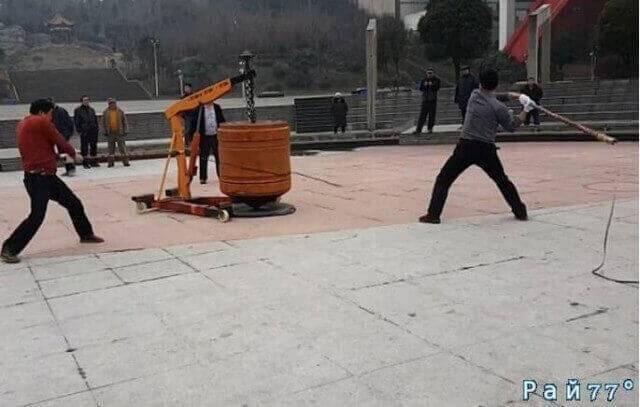 Трое китайцев при помощи нагаек раскрутили гигантский «волчок» весом 1300 килограммов. (Видео)