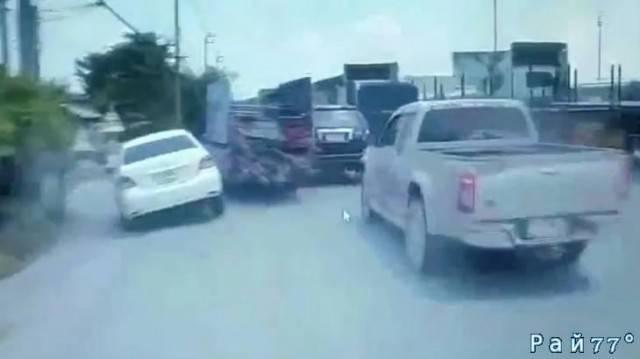 Водитель пикапа, гружёного металлоломом повредил десять автомобилей на автотрассе в Тайланде. (Видео)