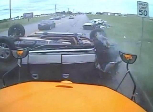Чудовищная автокатастрофа произошла прямо перед школьным автобусом в США. (Видео)