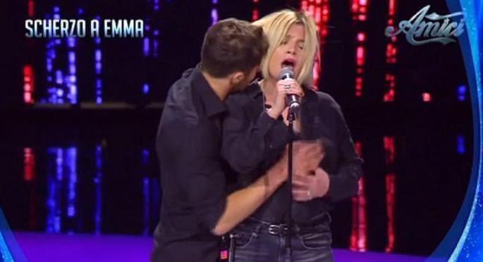Итальянская певица Эмма Маррон не оценила «шуточных ухаживаний» во время записи ТВ-шоу. (Видео)