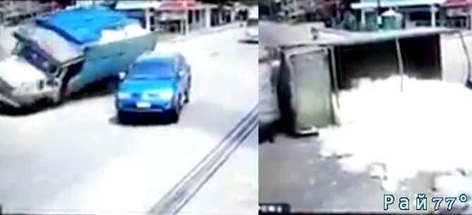 Водитель пикапа «зрелищно подрезал» грузовик гружённый снегом в Тайланде. (Видео)
