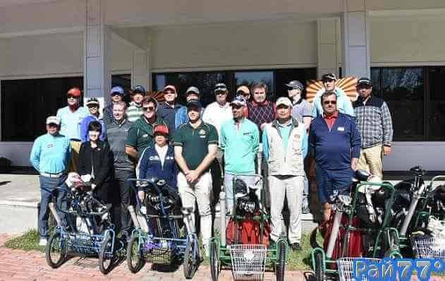 Австралийцы (в зелёных свитерах) позируют во время фотосессии на открытии любительского чемпионата по гольфу в Северной Корее