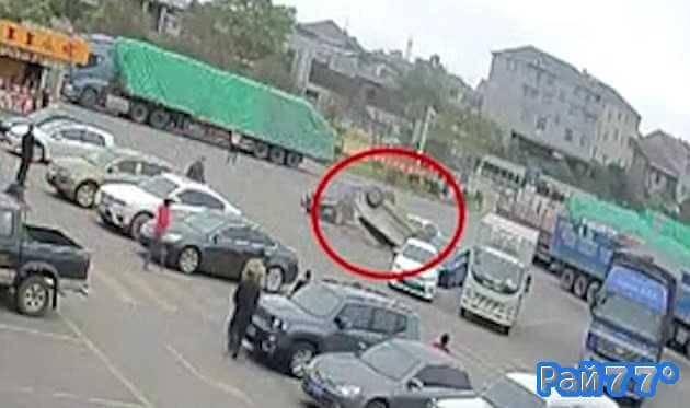 Торопливая китайская автомобилистка припарковала на крышу свой автомобиль